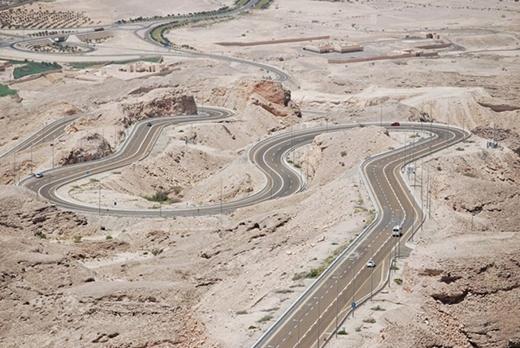 Đường đến Jebel Hafeetlà đường nằm trên ngọn núi cao thứ hai tại UAE, đỉnh cao nhất đạt 12 km.