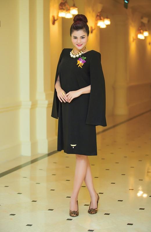 Mặc dù đang mang thai nhưng Vũ Thu Phương vẫn cực kì thu hút và quyến rũ trong chiếc đầm đen tay cape sang trọng, quý phái. Cô khéo léo điểm xuyết cho bộ cánh bằng vòng cổ to bản kết hợp sắc trắng ngà và tông vàng ánh kim nổi bật.