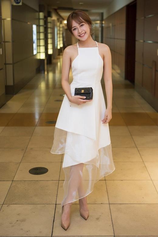 Chi Pu điệu đà nhưng không kém phần gợi cảm khi chọn diện thiết kế váy xòe cổ yếm vuông. Phần chân váy có cấu trúc bất đối xứng được kết hợp hai chất liệu khác nhau càng thu hút ánh nhìn của người đối diện.