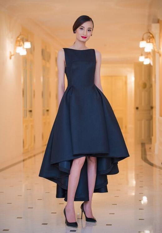 Lê Thúy khoe khéo đôi chân dài miên man cùng thân hình cò hương trong chiếc váy mullet tông đen của nhà thiết kế Đỗ Mạnh Cường.