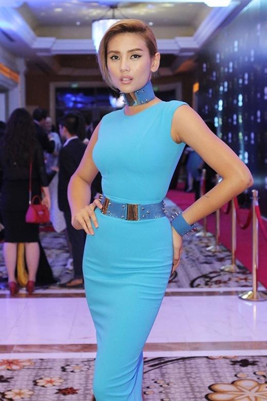 Trong khi đó,Á hậu Hoàn vũ Việt Nam 2008-Hoàng Yếnlại mắc lỗi về việc phối hợp phụ kiện quá đà không ăn nhập với trang phục.