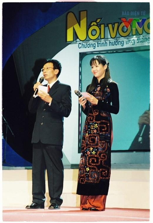 Nhà báo Lại Văn Sâm và Diễm Quỳnh trong chương trình Nối vòng tay lớn. - Tin sao Viet - Tin tuc sao Viet - Scandal sao Viet - Tin tuc cua Sao - Tin cua Sao