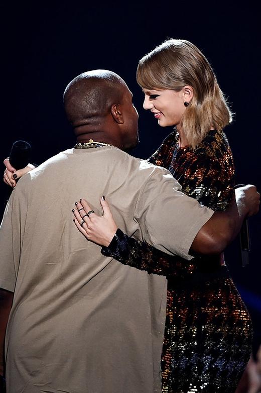 Taylor và Kanye West dường như đã xóa bỏ hoàn toàn mọi hiềm khích, cả hai thậm chí còn rất ngọt ngào, chia sẻ cùng nhau một khoảnh khắc hài hước trên sân khấu.