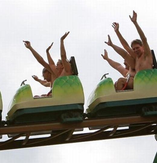 Một kỉ lục kì quặc nữa đã được xác lập tại công viên giải trí ở Southend thuộc miền đông nước Anh, khi có tới 102 người tình nguyện khỏa thân đi tàu lượn siêu tốc vào năm 2010.