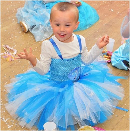 Logan mặc váy xòe trong buổi tiệc sinh nhật 4 tuổi của mình.