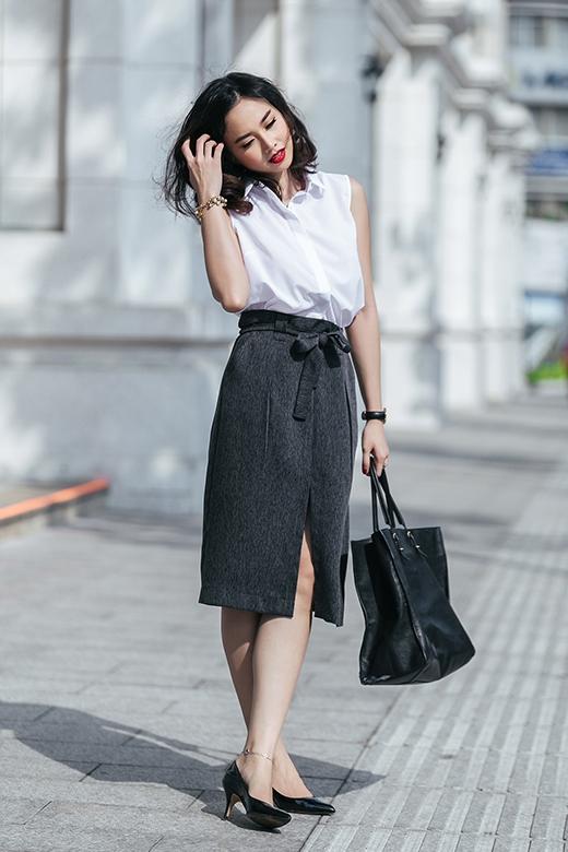 Đường xẻ tà chừng mực phía trước vừa tạo điểm nhấn cho bộ trang phục vừa tạo điều kiện cho phái đẹp di chuyển thật dễ dàng. Cô kết hợp phụ kiện gồm giày cao gót mũi nhọn, túi xách cỡ lớn đồng điệu về màu sắc.