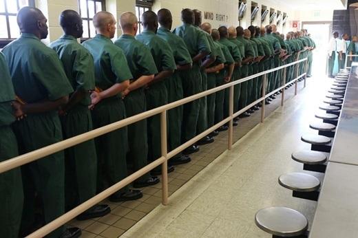 Hoa Kì- nhiều người ngồi tù nhất. Hoa Kìchiếm 1/4 trên tổng số tù nhân toàn thế giới với 2,2 triệu người – nhiều hơn cả dân số của một số nước nhỏ.