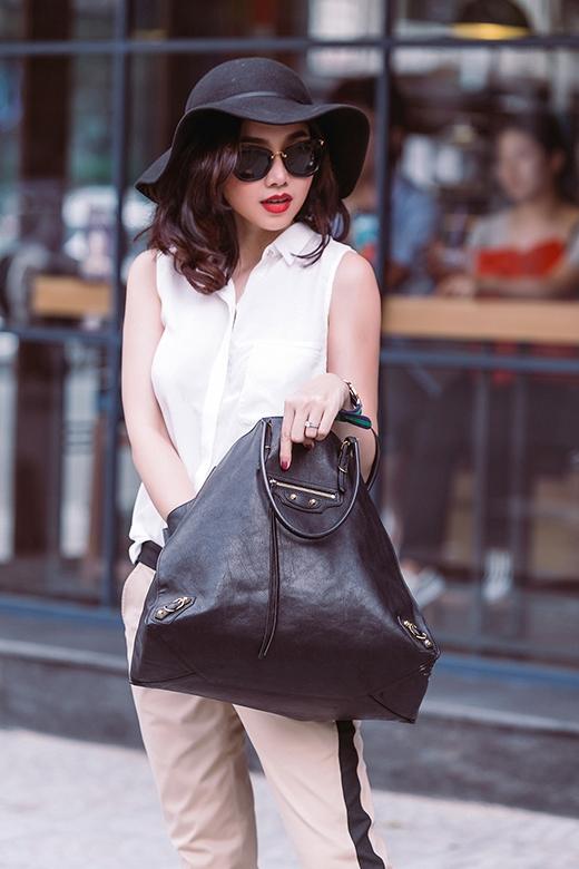 Chiếc mũ fedora hợp mốt hay mắt kính gọng vuông cổ điển đi kèm sẽ giúp bộ trang phục trở nên sinh động, cá tính hơn.