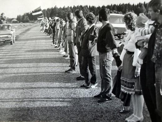 """Các nước Balticnổi tiếng với sự kiện """"Con đường Baltic"""". Đâylà sự kiện diễn ra vào ngày 23/8/1989 khi xấp xỉ hai triệu người cùng nắm tay tạo thành một chuỗi dài hơn sáu trăm cây số trải qua ba nước vùng Baltic là Latvia, Litva và Estonia để phản đối chế độ Xô Viết."""