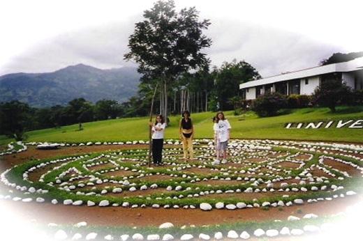 Costa Rica – biểu tượng của sự hòa bình. Bằng chứng là ở đất nước này vẫn tồn tại mà không cần đến lực lượng vũ trang. Hơn nữa, nơi đây còn được tổ chức Liên Hiệp Quốc chọn để xây dựng trường Đại học Hòa bình (UN's University of Peace).