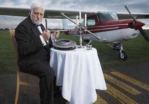 """Với dạ dày dày gấp đôi người thường, Michel Lotito có khả năng ăn cả một chiếc máy bay. Ông từng bỏ ra thời gian 2 năm để """"xơi"""" nguyên một chiếc máy bay Cessna 150. Ngoài ra, ông còn ăn cả xe đạp, ti vi, xe đẩy trong siêu thị, giường, lưỡi dao cạo râu, cốc thủy tinh, đồ nhựa, kim loại…"""