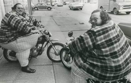 Cặp song sinh nặng nhất thế giới hiện nay là Billy Leon McCrary (1946-1979) và Benny Loyd McCrary (1946-2001) đến từ Carolina, Mỹ. Cả hai có cân nặng lần lượt là 328kg và 338kg.