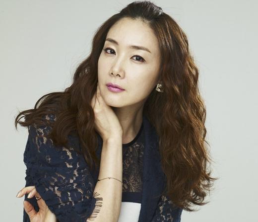 Và hạng 10 không phải ai khác mà chính là nữ diễn viên Choi Ji Woo. 'Người đẹp khóc' hiện nay đang đảm nhận vai chính cho bộ phim mới của đài tvN Twenty Again.