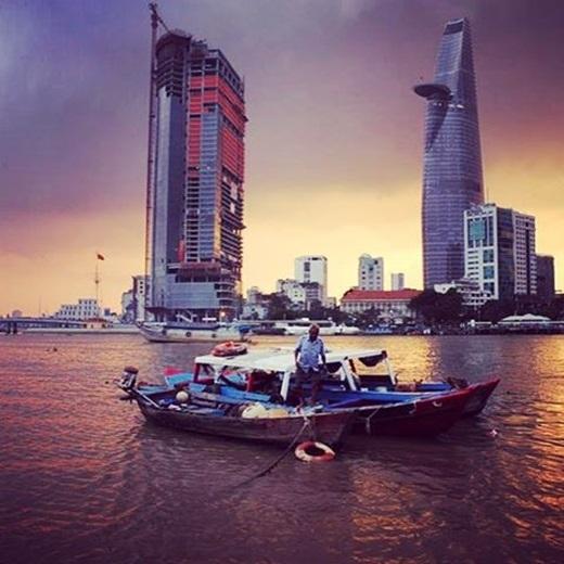 Sự đối lập giữa vẻ lộng lẫy của Bitexco và hình ảnh dân dã của ông cụ trên chiếc thuyền đã làm cho buổi chiều Sài Gòn trở nên trầm đi rất nhiều... (Nguồn IG @2saigon.vn)