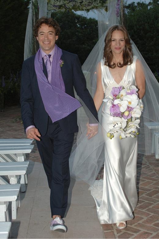 Robert Downey Jr. dắt tay cô dâu Susan Levin của mình trong lễ thành hôn vào tháng 8/2005.