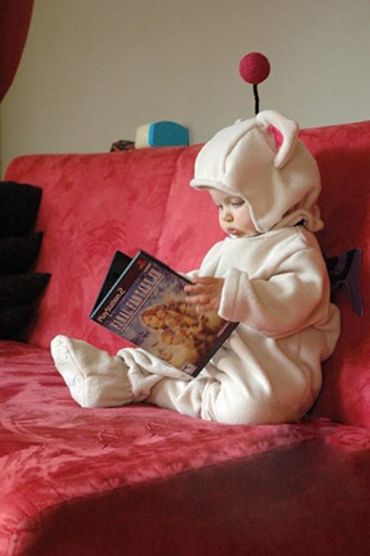 Thêm một cậu bé đến từ sao Hỏa đang mải mê chăm chú đọc sách.