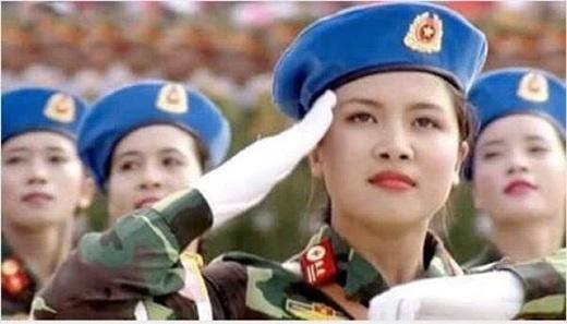 Sơn Quỳnhvà hình ảnh thu hút sự chú ý trong lễ diễu binh.