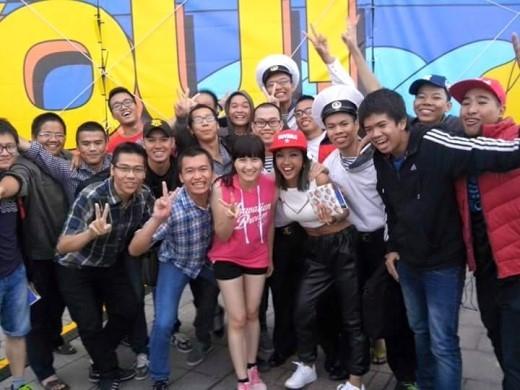 Dù biểu diễn tại đất khách nhưng vẫn có những bạn học sinh Việt Nam sinh sống, và học tập tại đây đến xem và cổ vũ nhiệt tình. - Tin sao Viet - Tin tuc sao Viet - Scandal sao Viet - Tin tuc cua Sao - Tin cua Sao