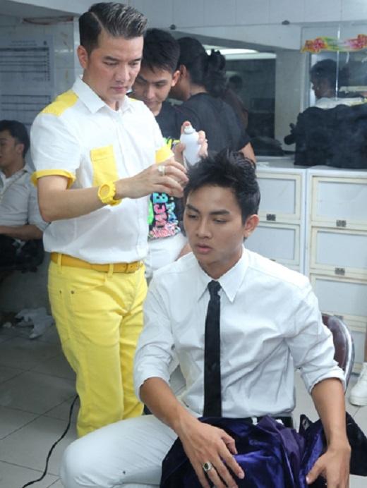 Mr. Đàm tự tay làm tóc cho Hoài Lâm trước giờ lên sân khấu. - Tin sao Viet - Tin tuc sao Viet - Scandal sao Viet - Tin tuc cua Sao - Tin cua Sao