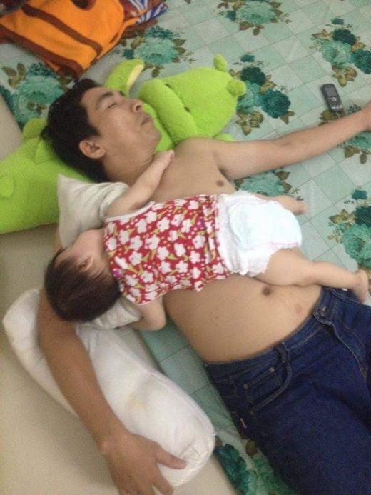 Tư thế ngủ 'bá đạo' của 2 cha con
