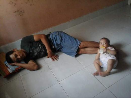 Bố cứ ngủ nhé, con sẽ ngoan, không khóc đâu!