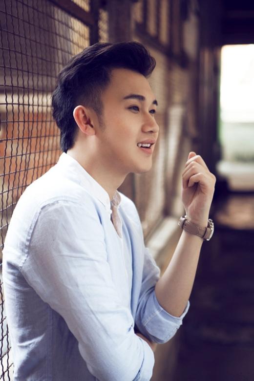 Có thể nói thời trang của Dương Triệu Vũ khá đơn giản nhưng chưa hề đơn điệu, nhàm chán, bởi nam ca sĩ luôn biết cách tự làm mới chính mình từ những chi tiết nhỏ nhất.
