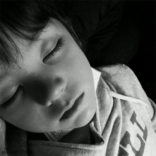 Cậu bé sở hữu những nét đẹp khiến ai cũng phải ghen tị.