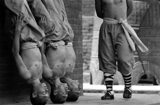 'Trồng cây chuối' luyện sức mạnh và thăng bằng.