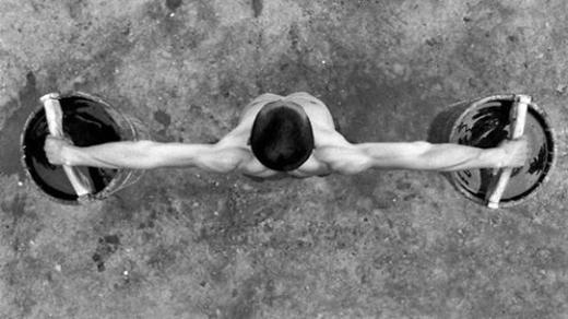 Thay vì nâng tạ, các nhà sư rèn luyện sức mạnh với hai thùng nước lớn.