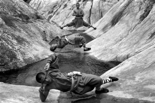 Khả năng thăng bằng đáng nể của các võ sư Thiếu Lâm tự.
