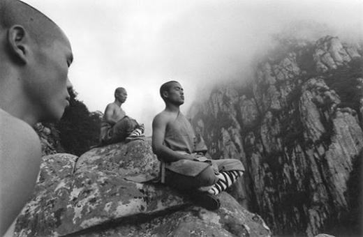 Ngồi thiền trên đỉnh núi cheo leo.