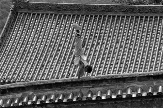 Đi ngược 'trồng cây chuối' trên mái chùa.