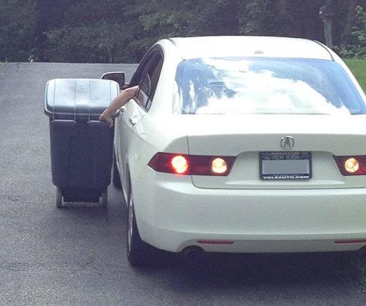 Thùng rác nặng lắm nên phải lái xe hơi mới đẩy đi nổi.