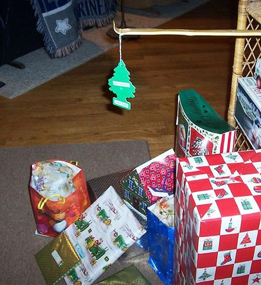 Dù không có cây thông đàng hoàng nhưng bù lại bằng những món quà như vậy cũng tạm được.