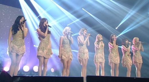 Bên cạnh việc trình diễn 2 ca khúc mới, SNSD còn mang đến chương trình Into The New World phiên bản ballad đầy cảm xúc.