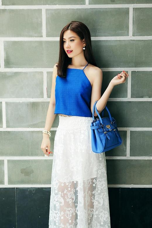 Hòa theo sự phá cách đó, á hậu Diễm Trang mang đến một vài cách phối trang phục đơn giản hòa quyện tuyệt đối giữa tinh thần cổ điển, thanh lịch và sự gợi cảm, tươi trẻ.