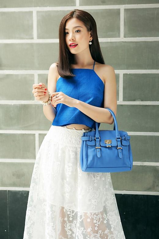Diễm Trang chọn phối chiếc áo cổ yếm xanh cobant dịu mát cùng chân váy xòe cổ điển được thực hiện trên nền chất liệu ren lưới thêu họa tiết bắt mắt. Á hậu Việt Nam 2014 tạo nên sự đồng điệu cho tổng thể khi phối cùng chiếc túi xách tông xanh lơ nhẹ nhàng.