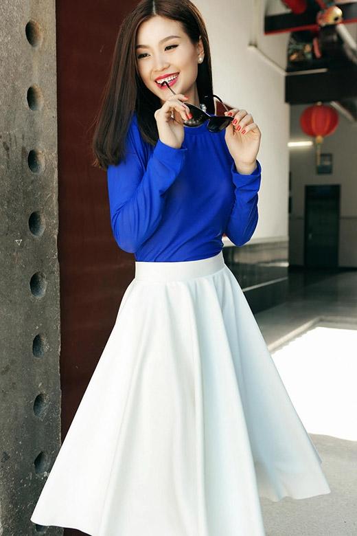 Diễm Trang mang đến nét thanh lịch, kín đáo khi kết hợp chiếc áo phông tay dài tông xanh cùng chân váy xòe tông trắng tinh khôi.