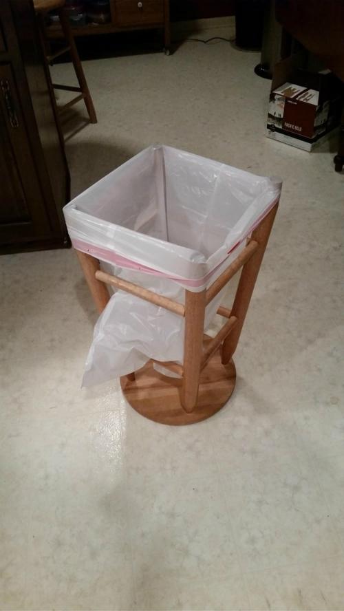 Lật ghế lại, và bạn đã có một thùng đựng rác nhanh chóng và tiện lợi.
