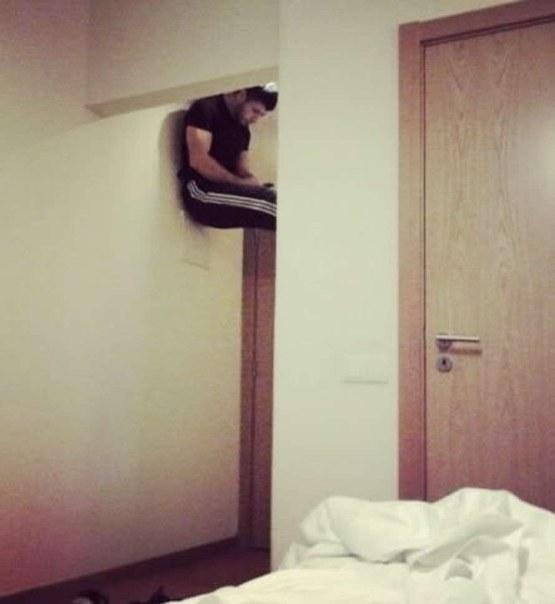 Tích cực dùng wifi ké của phòng khác ở bất cứ nơi đâu trong mọi tư thế.