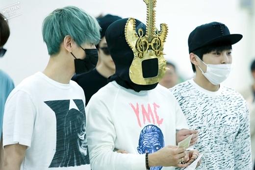 """Xuất hiện tại sân bay ngày 31/8 vừa qua, Chen khiến các fan bất ngờ khi xuất hiện với chiếc mặt nạ hình cây đàn ghi-ta. Có lẽ nam thần tượng cũng tự hào muốn tuyên bố với mọi người rằng, anh chính là thí sinh Legendary Guitar Manvừa """"gây sốt"""" trong chương trình King Of Masked Singer tập mới nhất."""