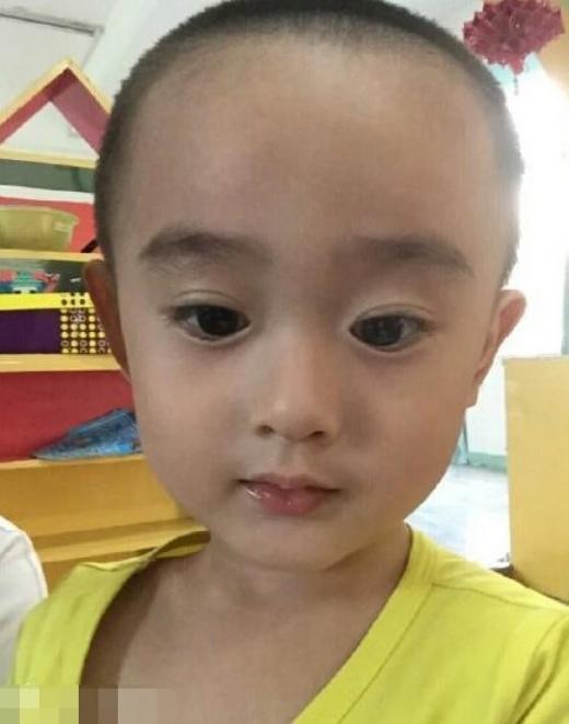 Tuy nhiên, danh tính của bé trai này vẫn là ẩn số khi cư dân mạng chưa truy ra được trang đầu tiên đăng tải ảnh em bé.