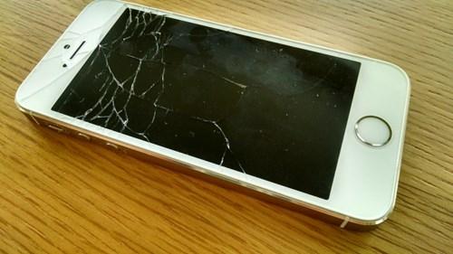 Hãy chú ý kỹ các dấu vết trên iPhone để đảm bảo không có hiện tượng nứt, vỡ.