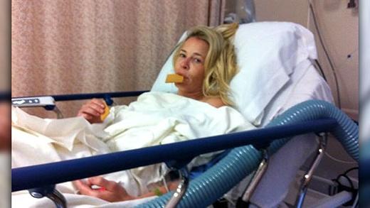 Cũng trong tháng 6/2012, cô gái vui tính Chelsea Handler đã chia sẻ tấm ảnh của mình trong phòng hậu phẫu cùng dòng trạng thái: 'Fortune Feimster sẽ ngồi vào ghế host của chương trình tối nay với nhiều hình ảnh của tôi hơn nữa. Đầu gối của tôi sẽ hồi phục nhanh. Mọi người ủng hộ cô ấy nhé'.