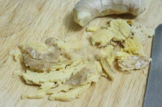 Chất này nằm trong cả củ gừng chứ không phải chỉ ở phần giập nát nên không thể cắt bỏ hết. Đây là hoạt chất với độc tính rất cao có thể gây sự biến đổi tế bào gan của một người đang khỏe mạnh, cho dù lượng chất này có thể bị hấp thụ rất ít.