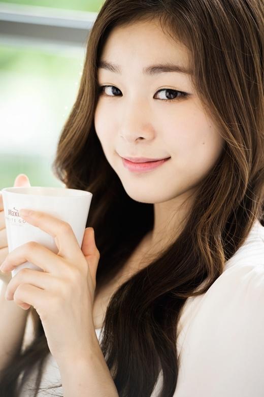 Với những thành tích đạt được mang lại vinh quang cho nước nhà, Kim Yuna được yêu thích không kém gì những mĩ nhân Kpop. Bên cạnh tài năng không thể bàn cãi, cô nàng còn thu hút với vẻ ngoài rạng ngời, đáng yêu cùng đôi mắt hí đặt trưng Hàn Quốc.