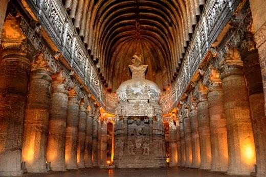Khoảng 100km về phía đông bắc là hang động Ajanta – nơi được coi là một trong những kì quan của thế giới cổ đại. Hang động này nằm sâu trong vách núi đá, được xây dựng vào giữa thế kỉ thứ 2 và thứ 7 với đầy đủ các chùa, đền thờ, nhà nguyện và kí túc xá.(Ảnh: Internet)