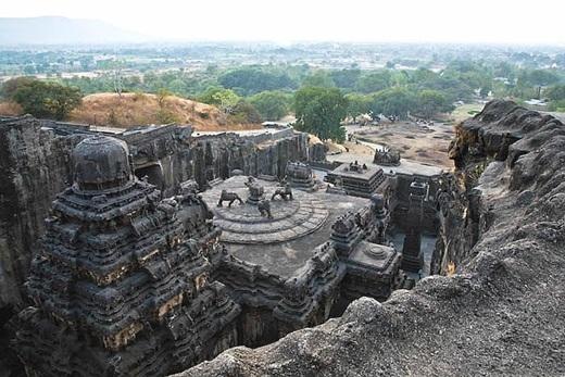 Bên trong hang động Ellora là đền thờ vị thần Kailasa được tạc từ một tảng đá duy nhất. Kích thước cũng như sự khéo léo trong nghệ thuật điêu khắc hoàn toàn có thể làm bất cứ ai choáng ngợp.(Ảnh: Internet)