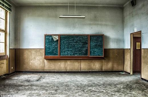 Một tấm bảng vẫn còn gắn chặt trên tường với những nét chữ nguệch ngoạc trong một trường học cũ ở Pháp.