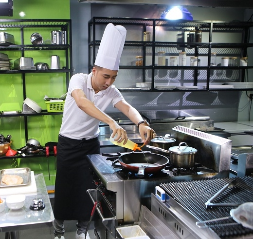 Only C lần đầu tham gia một chương trình mà phải lăn vào bếp.